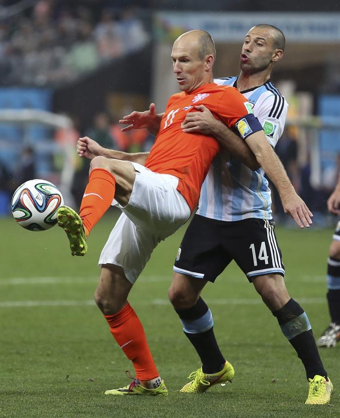 El delantero holandés Arjen Robben (i) con el balón ante el centrocampista argentino Javier Mascherano. EFE