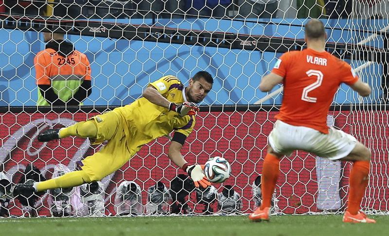 El guardameta argentino Sergio Romero detiene el lanzamiento de penalti del defensa holandés Ron Vlaar. EFE