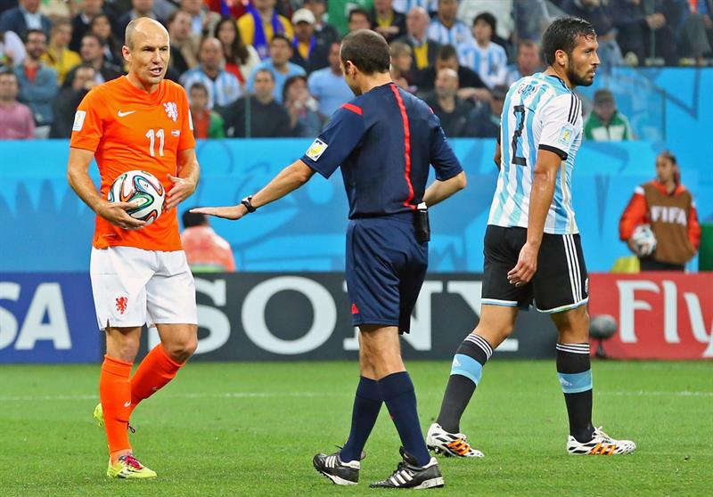 Turkish referee Cuneyt Cakir (C) talks to Arjen Robben of the Netherlands (L) as Argentina's Ezequiel Garay. EFE