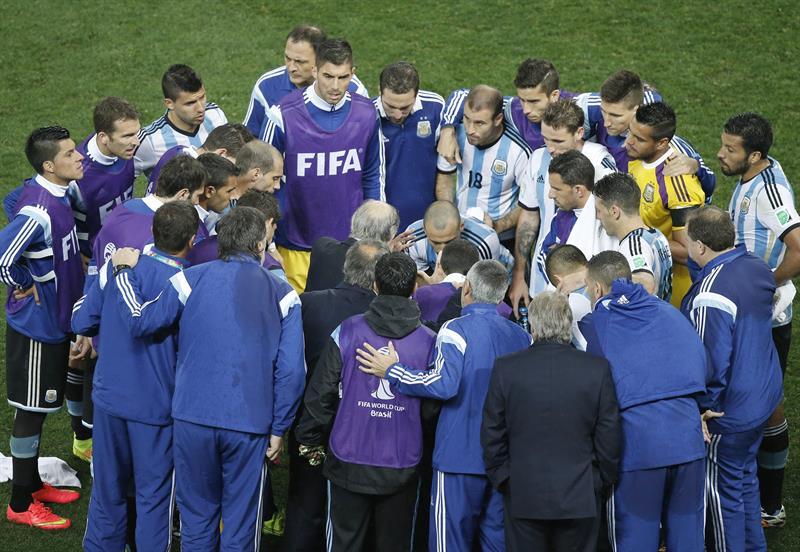 Los jugadores de Argentina antes de la prórroga durante el partido. EFE