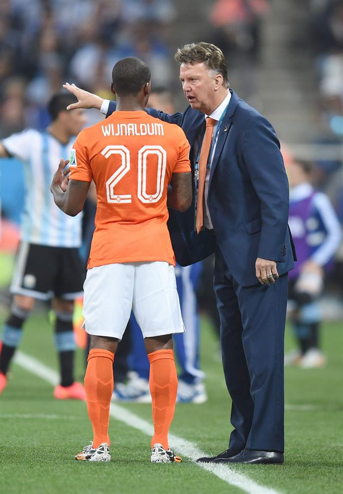 Head coach Louis van Gaal of the Netherlands instructs his player Georginio Wijnaldum (L) during the FIFA World Cup 2014. EFE