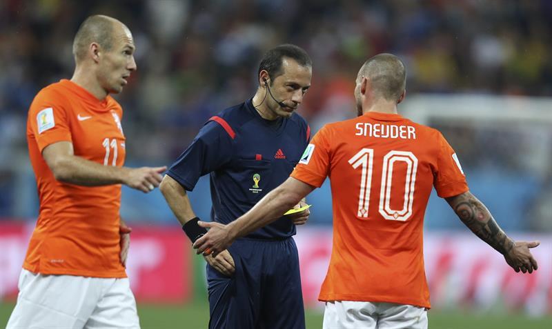 El centrocampista holandés Wesley Sneijder (d) conversa con el árbitro turco, Cüneyt Cakir, ante el delantero holandés Arjen Robben. EFE
