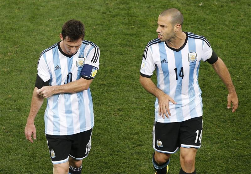 El delantero argentino Lionel Messiy el centrocampista argentino Javier Mascherano. EFE
