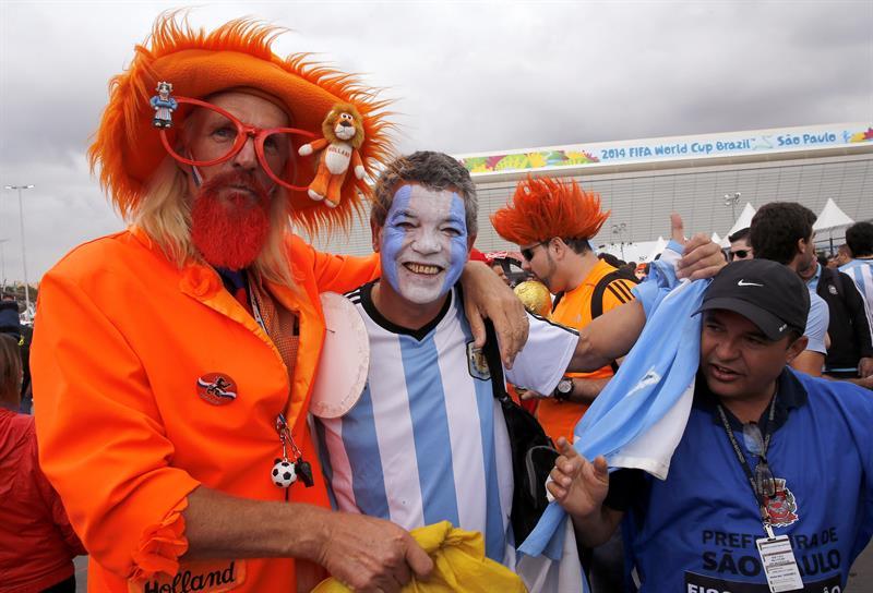 Aficionados a los equipos de Argentina y Holanda, momentos previos al partido de semi-finales de la Copa del Mundo 2014. EFE
