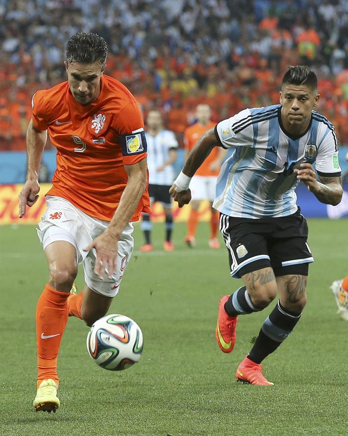 El delantero holandés Robin van Persie (i) con el balón ante el defensa argentino Marcos Rojo (d). EFE