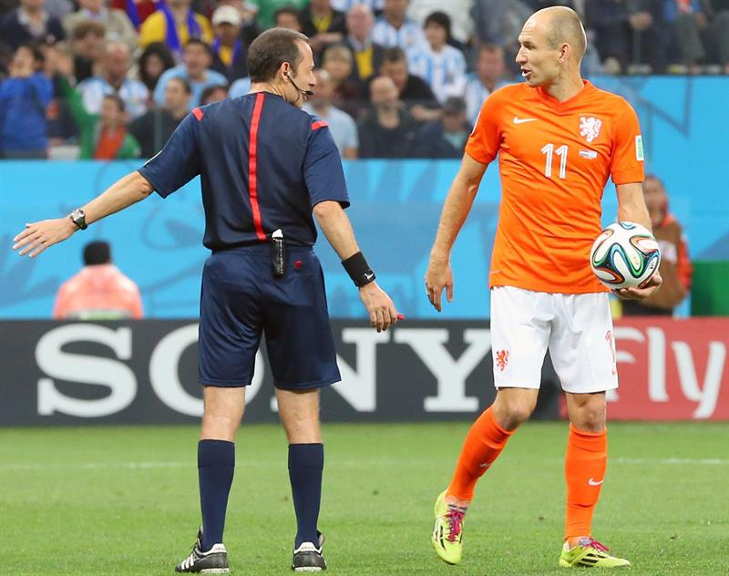 Turkish referee Cuneyt Cakir (L) talks to Arjen Robben of the Netherlands (R) during the FIFA World Cup 2014. EFE