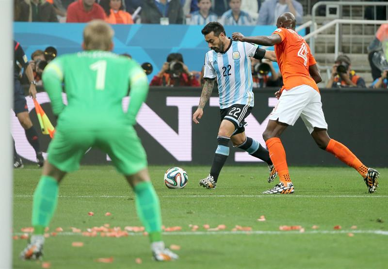 Bruno Martins Indi of the Netherlands (R) and Ezequiel Lavezzi of Argentina (C) in action during the FIFA World Cup 2014. EFE