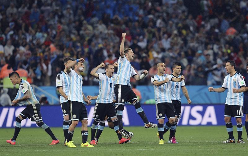 Los jugadores de Argentina tras marcar uno de los penaltis durante el partido. EFE