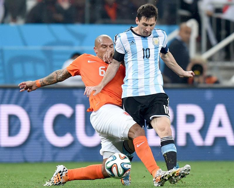 Lionel Messi (R) of Argentina and Nigel de Jong of the Netherlands vie for the ball during the FIFA World Cup 2014. EFE