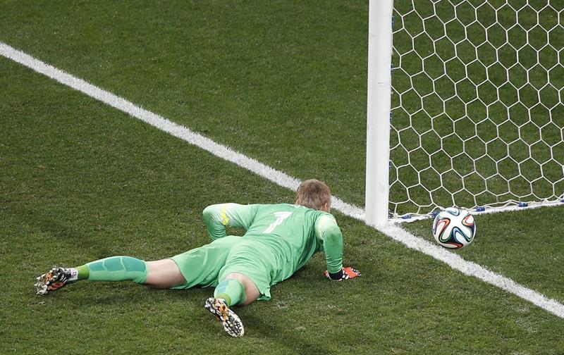 El guardameta holandés Jasper Cillessen tras no lograr parar uno de los penaltis de la tanda. EFE