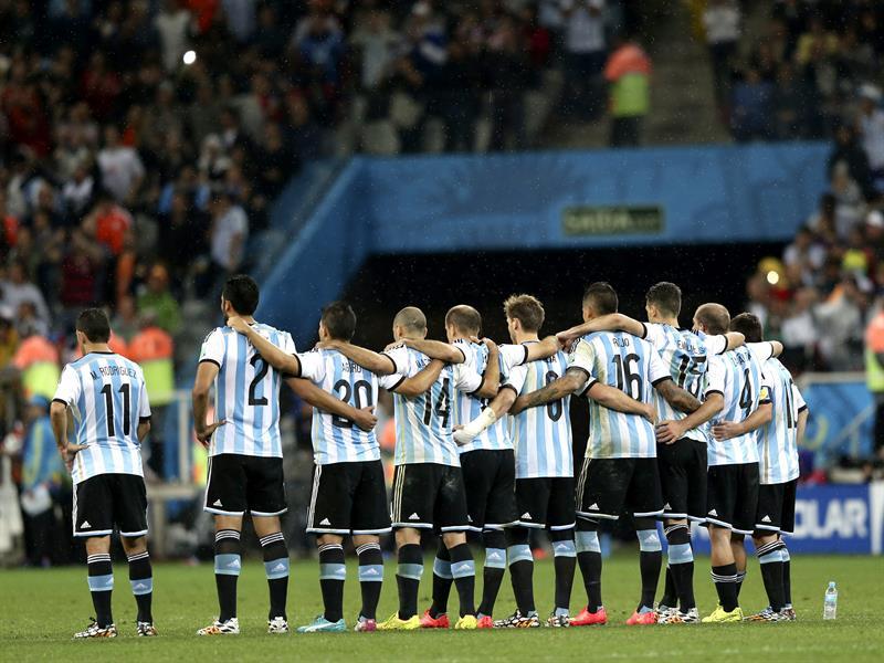 El equipo argentina abrazado durante la tanda de penaltis del partido. EFE