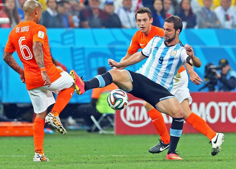 Nigel de Jong of the Netherlands (L) and Argentina's Gonzalo Higuain (R) vie for the ball during the FIFA World Cup 2014. EFE