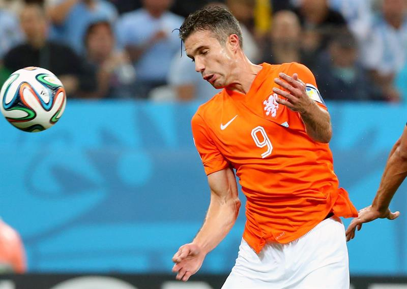 Robin van Persie of the Netherlands controls the ball during the FIFA World Cup 2014. EFE