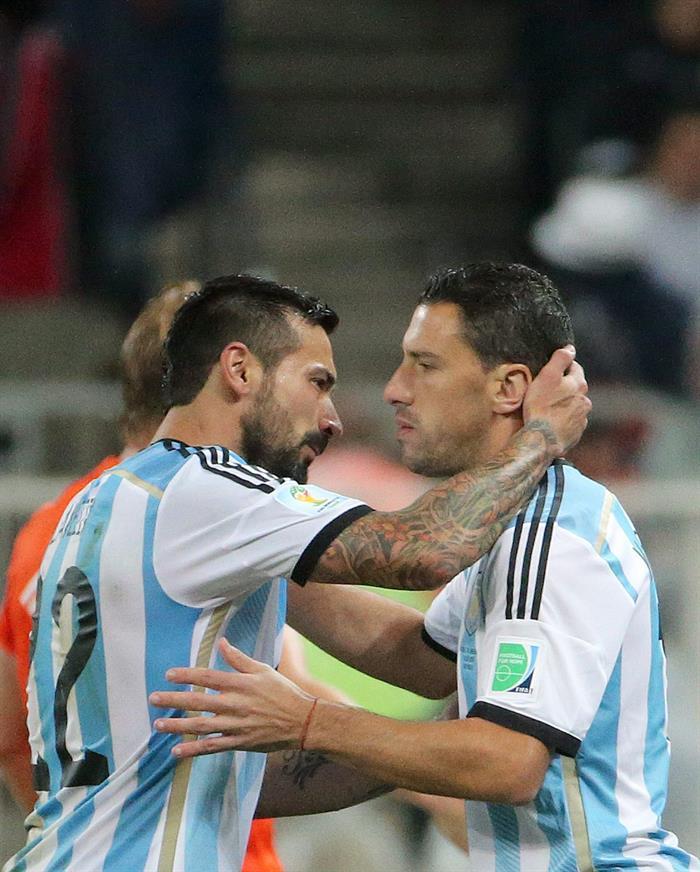 Ezequiel Lavezzi of Argentina (L) substitutes Maxi Rodriguez of Argentina. EFE