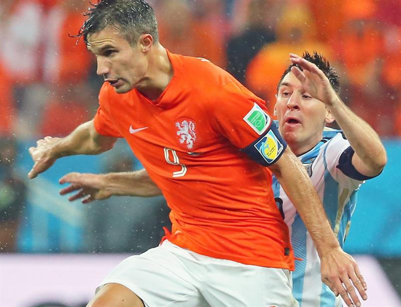 Robin van Persie of the Netherlands (L) and Argentina's Lionel Messi (R) vie for the ball during the FIFA World Cup 2014. EFE