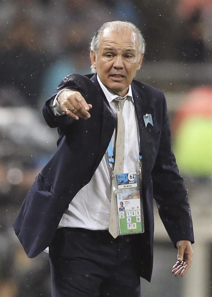 El entrenador de la selección argentina Alejandro Sabella da instrucciones a sus jugadores durante el partido. EFE