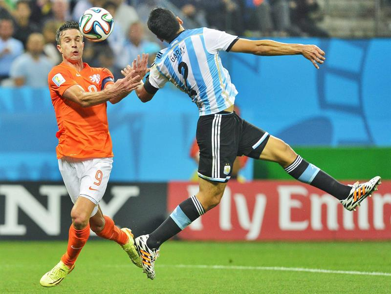utch national soccer team player Robin van Persie (L) and Argentinian national soccer tem player Ezequiel Garay (R) in action during the FIFA World Cup 2014. EFE