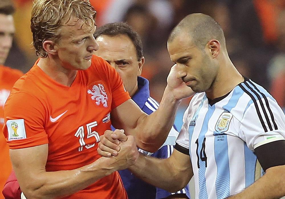 El centrocampista argentino Javier Mascherano (d) junto al delantero holandés Dirk Kuyt, tras sufrir un golpe. Foto: EFE