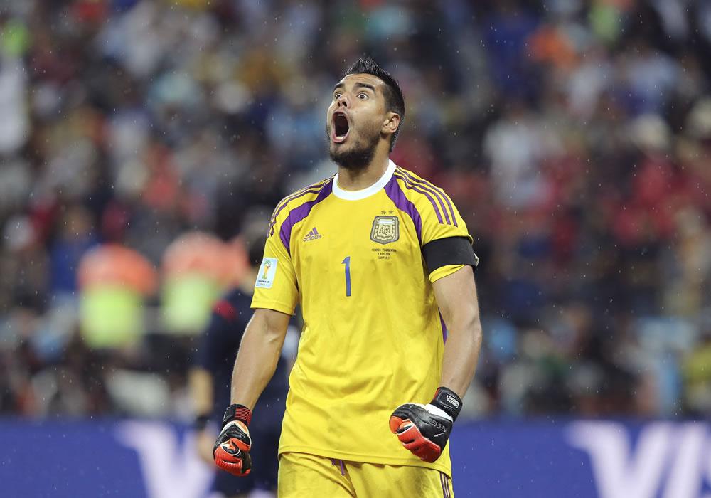 El guardameta argentino Sergio Romero tras parar uno de los penaltis durante el partido Holanda-Argentina. Foto: EFE