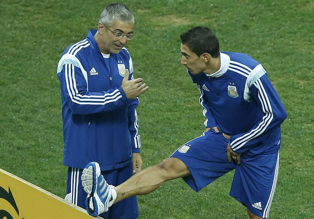 El jugador de la selección de Argentina Angel Di Maria (d) entrena. Foto: EFE