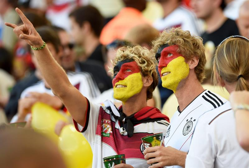 Aficionados alemanes y argentinos antes de la final del Mundial de Fútbol. Foto: EFE