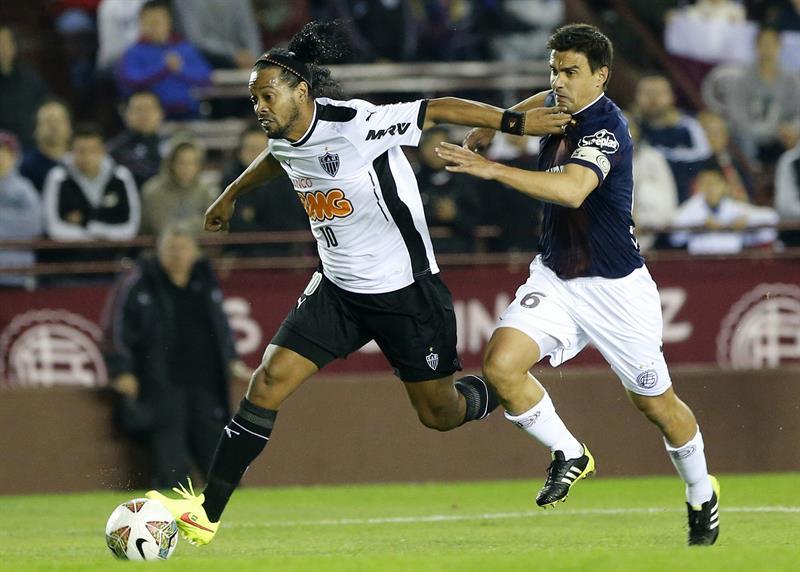 El jugador de Lanús de Argentina Maximiliano Nicolás Velázquez (d) y un jugador de Atlético Mineiro de Brasil. EFE
