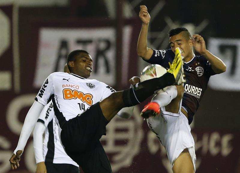 El jugador de Lanús de Argentina Alejandro Silva (i) y Jemerson de Atlético Mineiro de Brasil disputan el balón. EFE