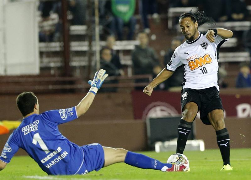 El jugador de Lanús de Argentina Agustin Federico Marchesin (i) y el jugador de Atlético Mineiro de Brasil Ronaldinho. EFE