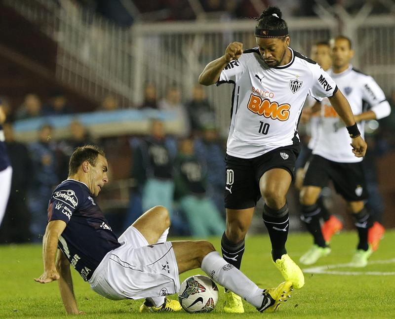 El jugador de Lanús de Argentina Leandro Somoza (i) y de Atlético Mineiro de Brasil Ronaldinho. EFE