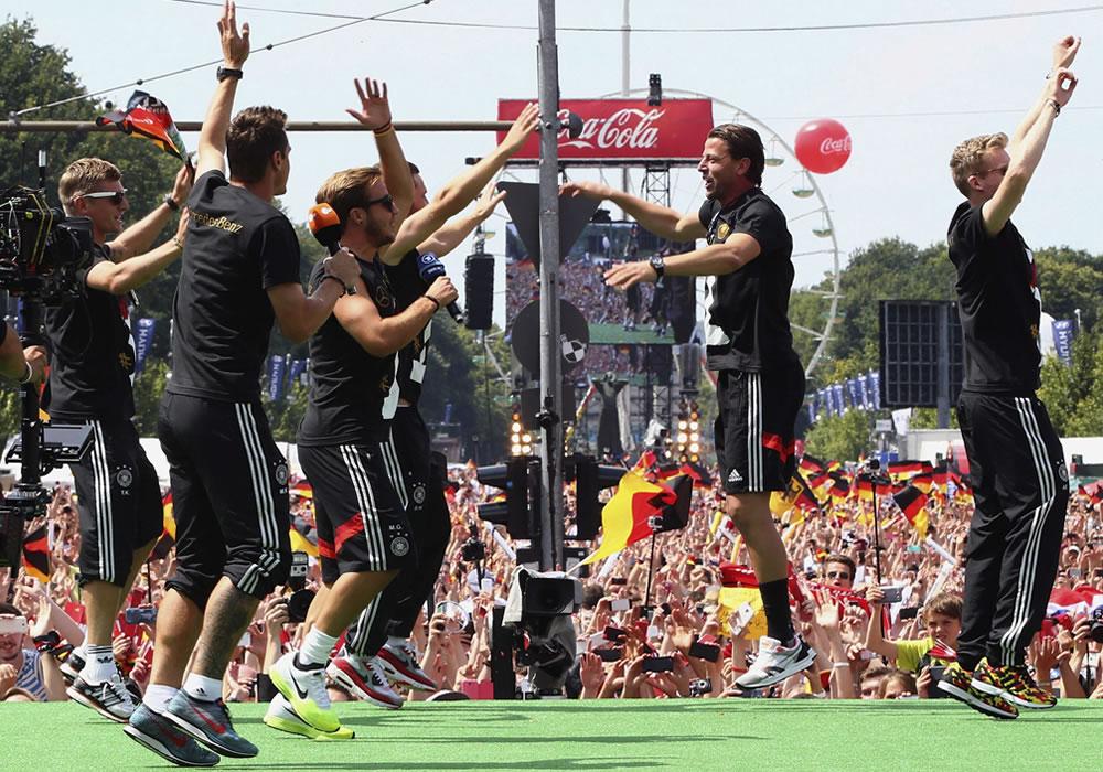 Jugadores de la selección alemana celebran su victoria en el Mundial de Fútbol 2014, en una ceremonia en Berlín, Alemania. Foto: EFE
