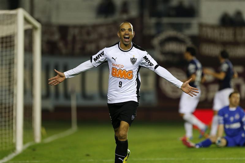 El jugador de Atletico Mineiro Diego Tardelli celebra después de marcar un gol ante Lanús. EFE
