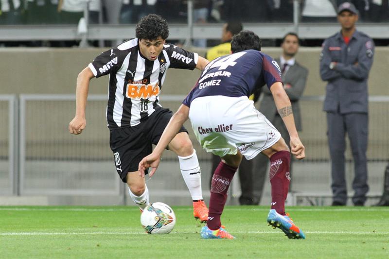 El jugador de Atlético Mineiro Luan (i) es marcado por Diego Braghieri (d), de Lanús. EFE