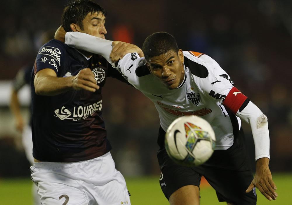 El jugador de Lanús de Argentina Maximiliano Nicolás Velázquez (d) y un jugador de Atlético Mineiro de Brasil. Foto: EFE