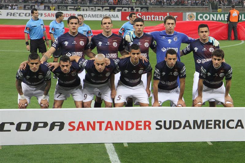 Jugadores de Lanús posan antes de un partido ante Atlético Mineiro. EFE