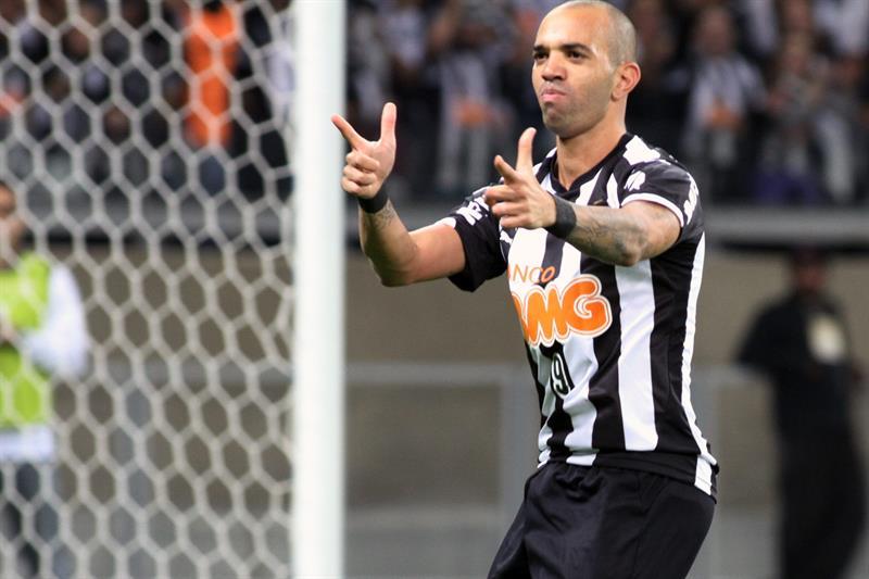 El jugador de Atlético Mineiro Diego Tardelli celebra después de anotar un gol ante Lanús. EFE