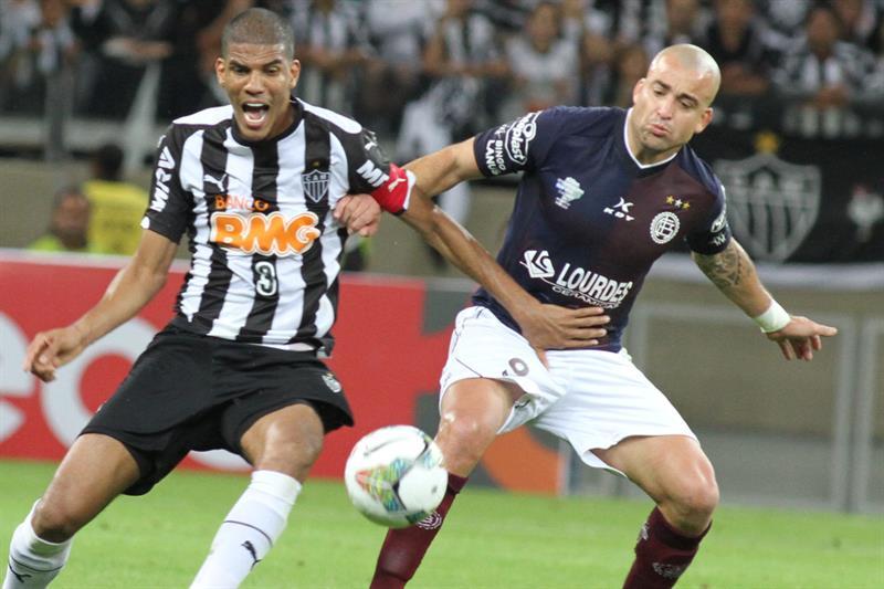 El jugador de Atlético Mineiro Leonardo Silva (i) disputa el balón con Santiago Silva (d), de Lanús. EFE