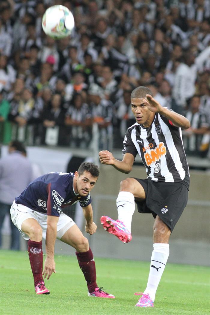 El jugador de Atlético Mineiro Leonardo Silva (d) patea el balón ante la marca de Lautaro Acosta (i), de Lanús. EFE