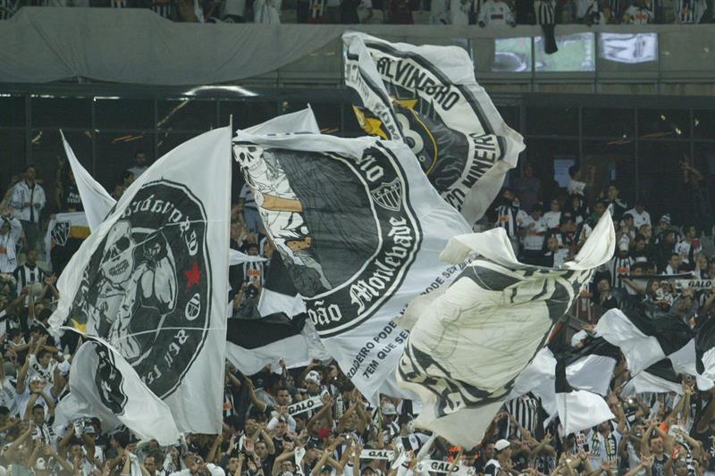 Aficionados de Atlético Mineiro celebran la victoria del equipo en la Recopa Sudamericana. EFE