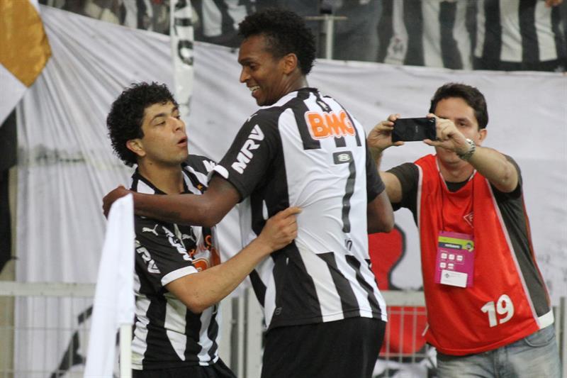Los jugadores de Atlético Mineiro Luan (i) y Jô (c) celebran después de anotar un gol ante Lanús. EFE