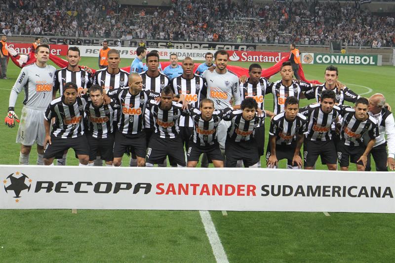 Jugadores de Atlético Mineiro antes de un partido ante Lanús. EFE