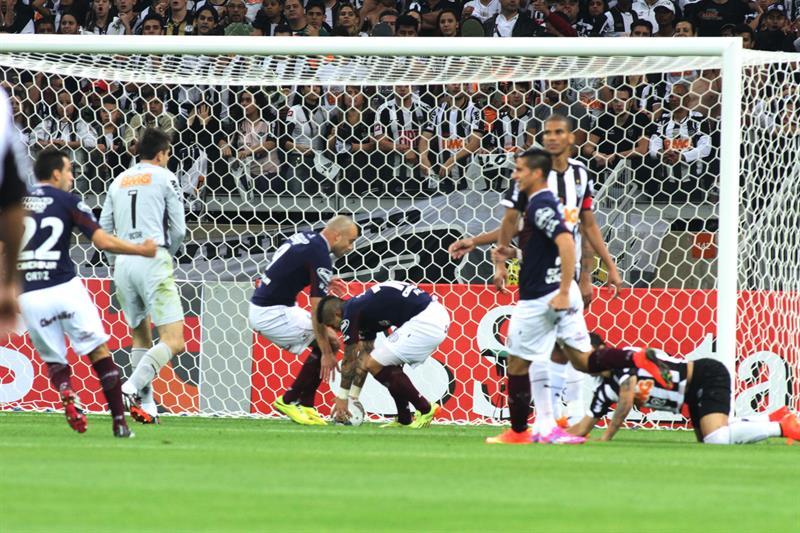 El jugador de Lanús Víctor Ayala (c-d) después de anotar un gol ante Atlético Mineiro. EFE
