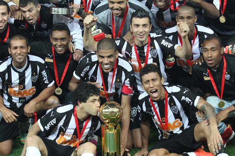 Jugadores de Atlético Mineiro celebran con el trofeo de campeones de la Recopa Sudamericana. EFE