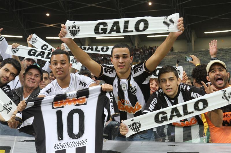 Aficionados del Atlético Mineiro asisten al partido del equipo ante Lanús. EFE