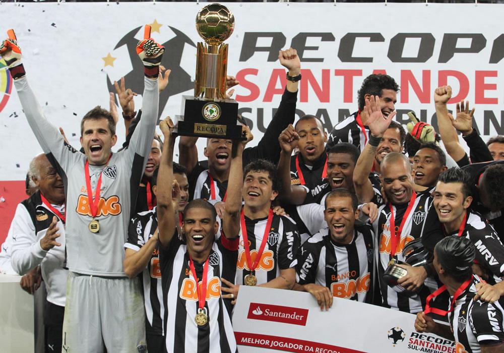 Jugadores de Atlético Mineiro celebran con el trofeo de campeones de la Recopa Sudamericana. Foto: EFE