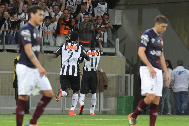 Los jugadores de Atlético Mineiro Jô (2-i) y Maicosuel (2-d) celebran después de anotar un gol ante Lanús. EFE