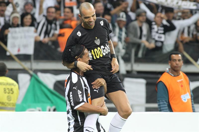 El jugador de Atlético Mineiro Diego Tardelli (d) celebra con su compañero Ronaldinho Gaúcho (i) después de anotar un gol ante Lanús. EFE