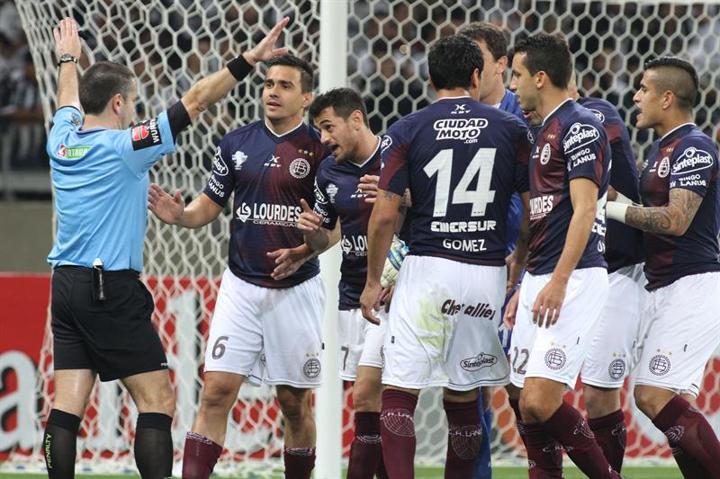 El árbitro uruguayo Roberto Silvera (i) decreta un tiro penalti contra Lanús. EFE