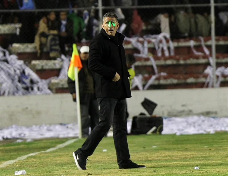 El director técnico de San Lorenzo, Edgardo Bauza, entra a la cancha. EFE