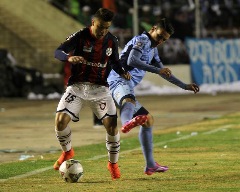 El jugador Juan Miguel Callejón de Bolívar de Bolivia (d) disputa el balón con Héctor Villalba de San Lorenzo de Argentina. EFE
