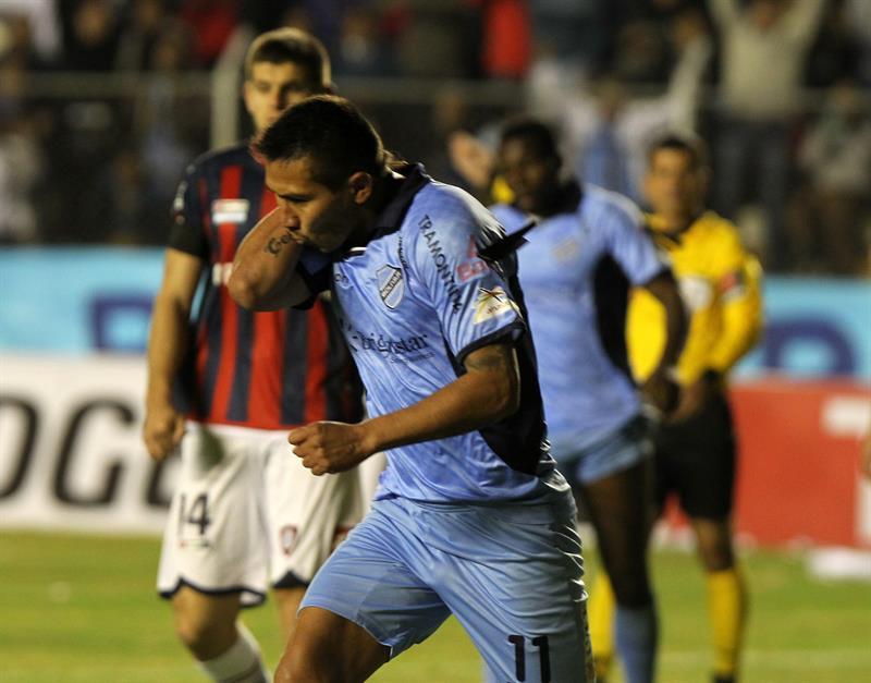 El jugador Gerardo Yecerote de Bolívar celebra un gol ante San Lorenzo. EFE